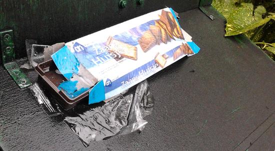 Zaans Huisje -- Lege koekjesverpakking achtergelaten op straat