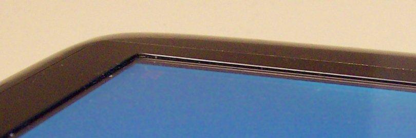 De bovenkant is niet geheel vlak; precies rond het display loopt een beruchte rand.
