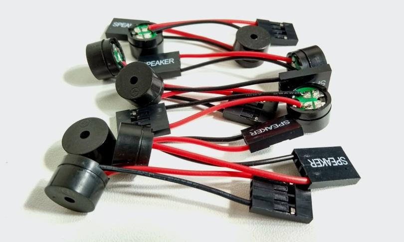 Een aantal losse speakertjes die je kunt aansluiten op sommige moederborden.
